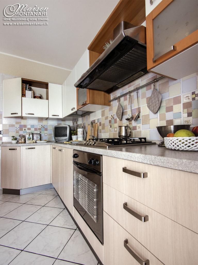 Cucina bianca rinnovata con pellicole adesive effetto legno
