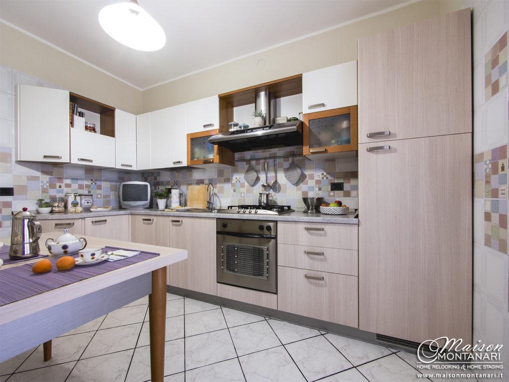 Cucina bianca rinnovata con pellicole adesive effetto legno ed effetto metallo