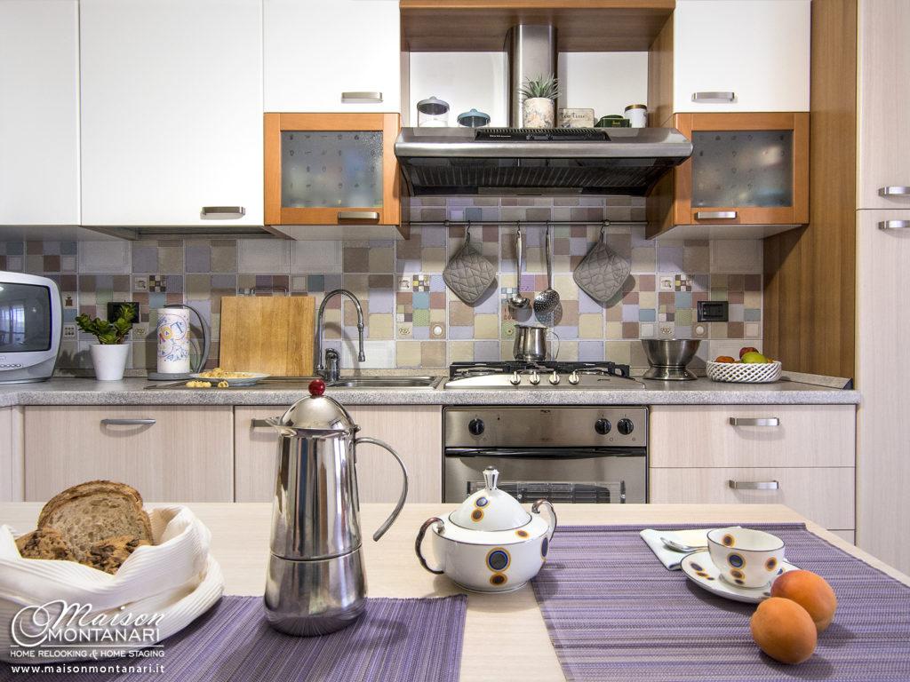 Relooking cucina bianca in stile moderno con elementi vintage